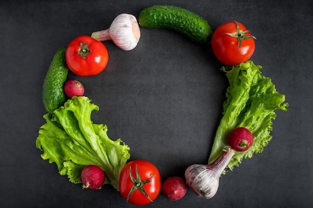 Verdure fresche su uno sfondo scuro. il concetto di alimentazione e dieta salutari.