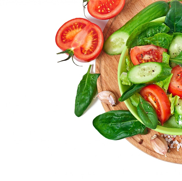 Verdure fresche sul bianco con spazio per il testo