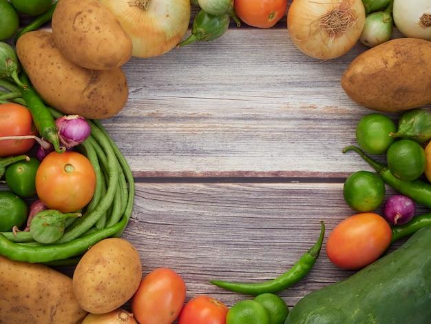 Verdure fresche sul vecchio tavolo di legno