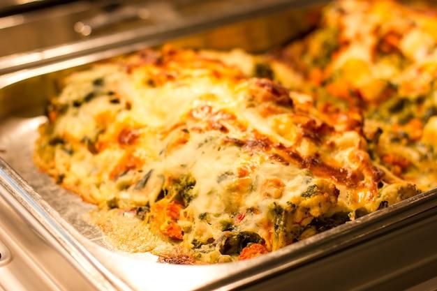 Verdure gratinate con formaggio fuso, cotte al forno