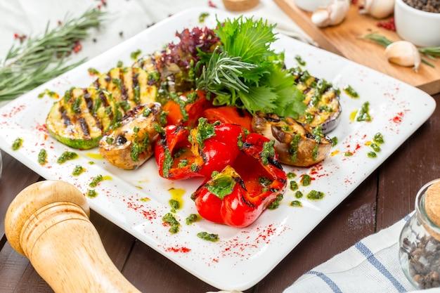 Verdure grigliate su piatti bianchi