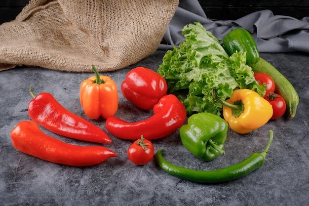 Verdure miste su un pezzo di tela.