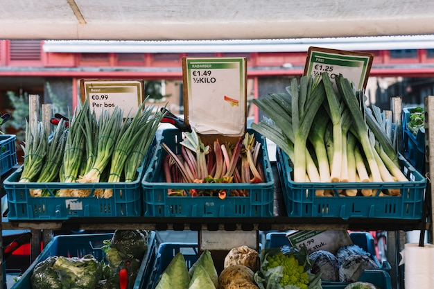 Verdure organiche fresche nella cassa alla stalla del mercato