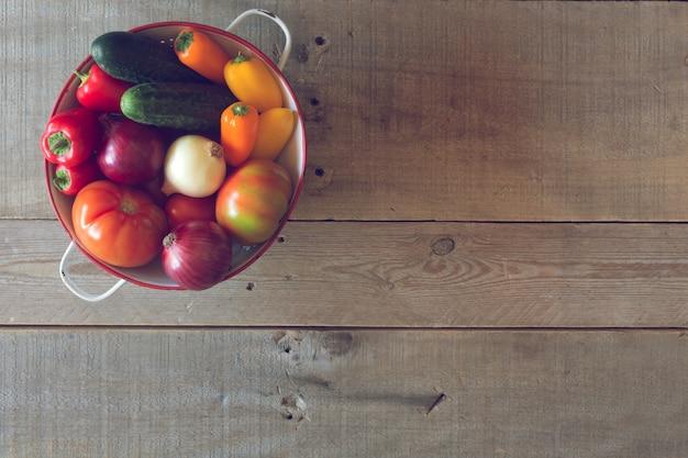 Verdure organiche fresche su un fondo di legno. vista dall'alto