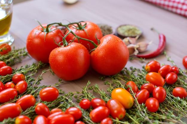 Verdure organiche sane su un fondo di legno.