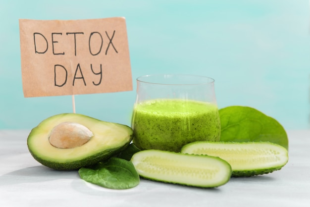 Verdure per disintossicazione e perdita di peso, frullati verdi di avocado