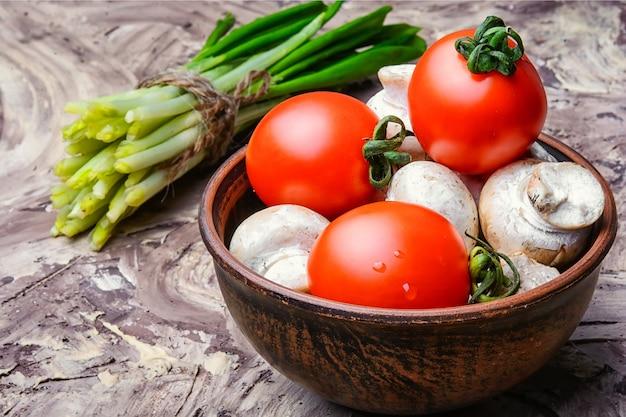 Verdure per insalata di primavera