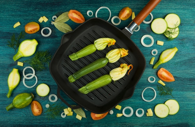 Verdure sulla tavola. verdure e spezie fresche