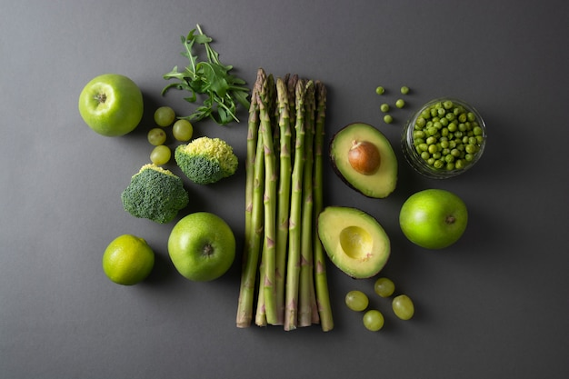 Verdure varicose verdi crude: asparagi, cetrioli, basilico, piselli, avocado.