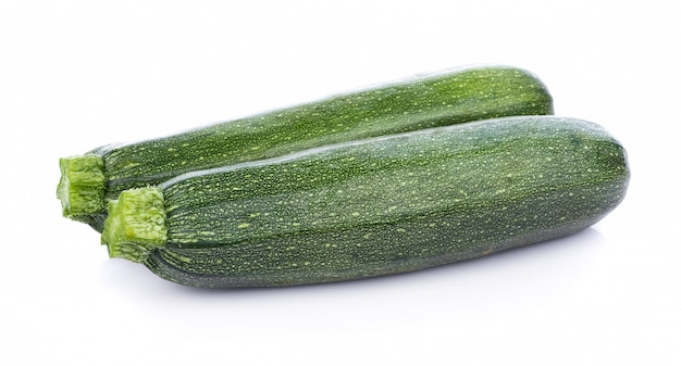 Verdure verdi dello zucchini isolate su fondo bianco