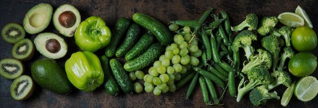 Verdure verdi fresche e frutta del giardino su una tavola di legno