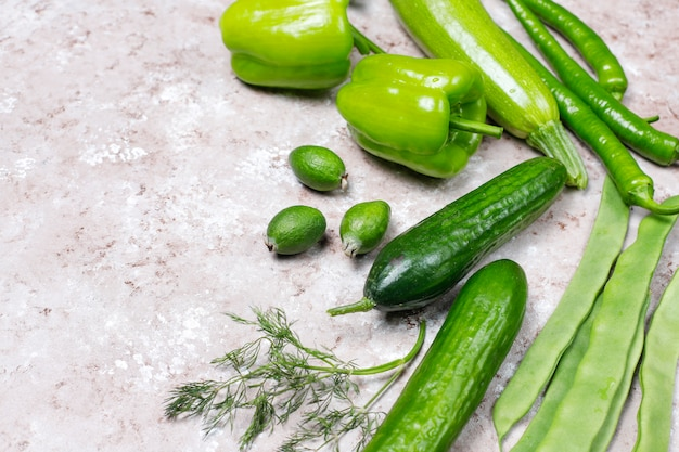 Verdure verdi fresche sulla superficie del calcestruzzo