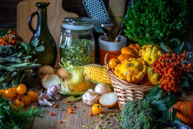 Verdure verdura fresca bio in un cesto.