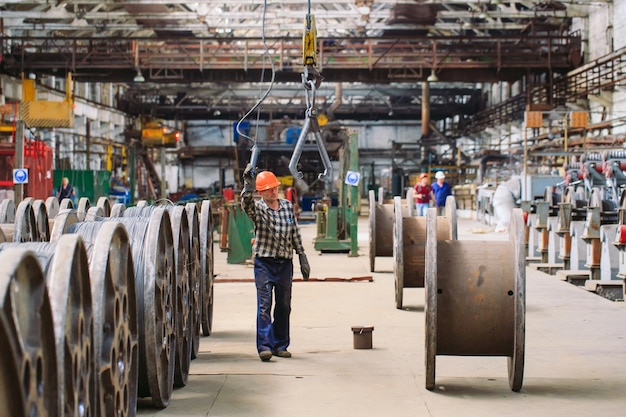 Vergella, accessori nei magazzini. lavoratore a fianco di un fascio con catalkoy. magazzino industriale nello stabilimento metallurgico.