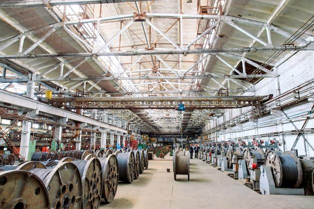 Vergella, accessori nei magazzini. magazzino industriale nello stabilimento metallurgico.