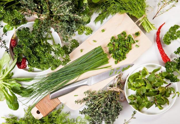 Verietà di erbe biologiche fresche