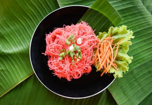 Vermicelli di riso rosa fritti e verdure
