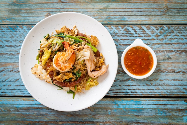 Vermicelli saltati in padella con verdure e frutti di mare in salsa sukiyaki