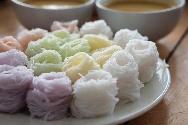Vermicelli tailandesi con colore di erbe naturale.