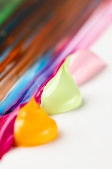 Vernice colorata sul tavolo bianco