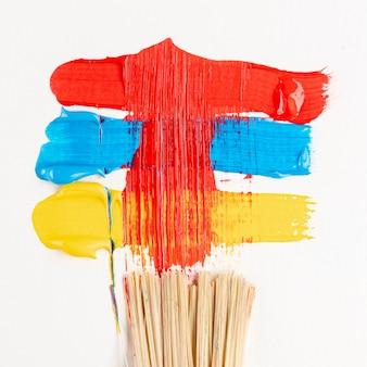 Vernice rossa, blu e gialla spalmata