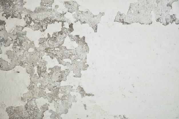 Vernice sbucciata pareti di cemento bianco. buccia muro di vernice casa bianca con macchia nera.