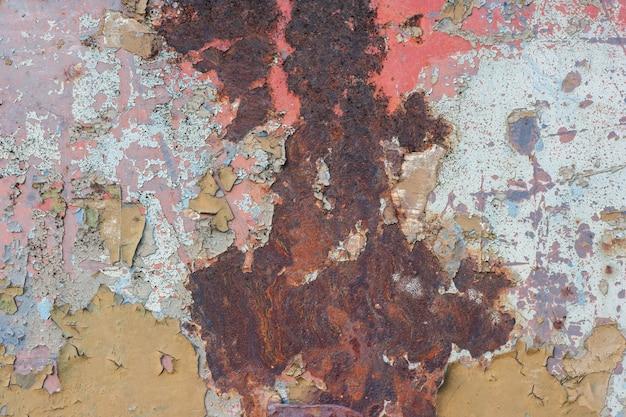 Vernice scrostata sul vecchio metallo arrugginito.