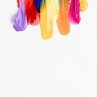 Vernice spalmata colorata su sfondo bianco