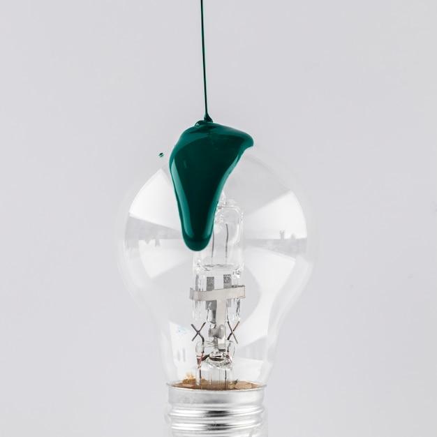 Vernice verde versata sulla lampadina