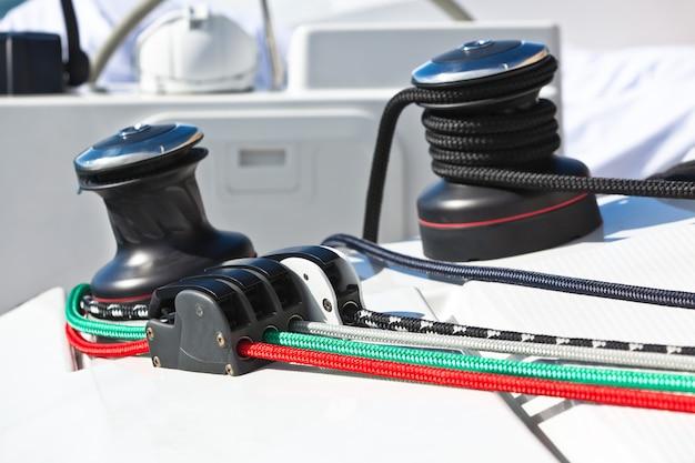 Verricelli e corde in uno yacht
