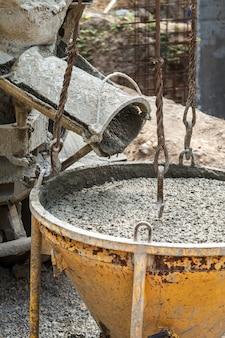 Versando cemento nella costruzione della casa
