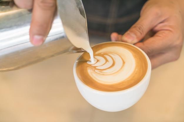 Versando il latte di mescolare latte arte del caffè
