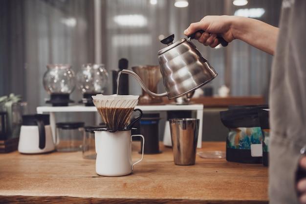 Versare il caffè nell'imbuto. metodo alternativo