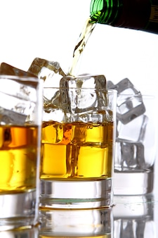 Versare il whisky nel bicchiere
