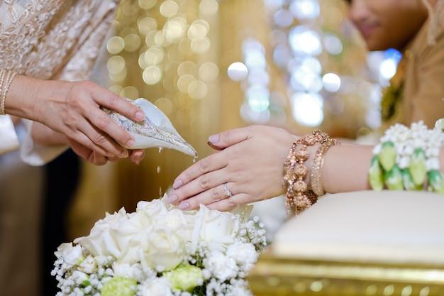 Versare l'acqua, cerimonia tradizionale tailandese, fidanzamento