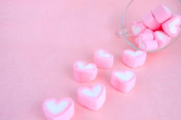 Versare marshmallow dalla tazza di caffè, sfondo di amore