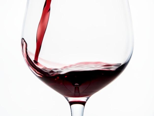 Versare un bicchiere di vino rosso