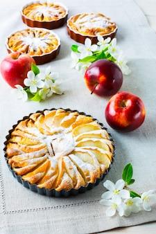 Verticale torta di mele fatta in casa