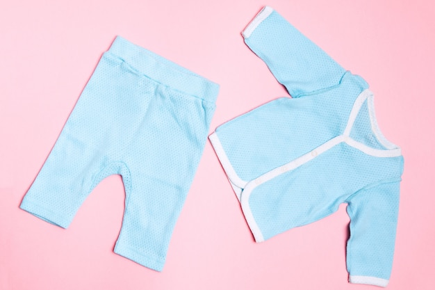 Vestiti blu per bambini con camicia e pantaloni. design estivo per bambini