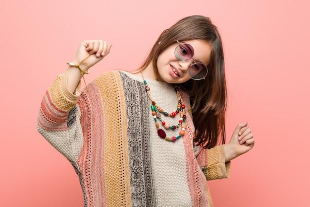 Vestiti da portare del hippie della piccola donna caucasica