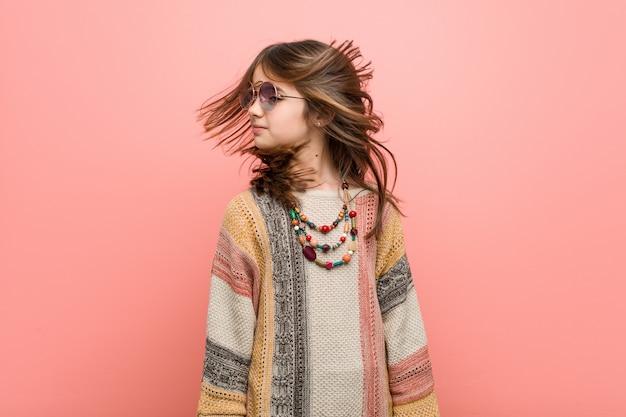 Vestiti da portare del hippie della piccola ragazza caucasica