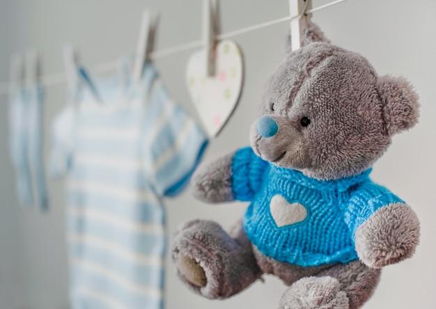 Vestiti del bambino blu sul bucato
