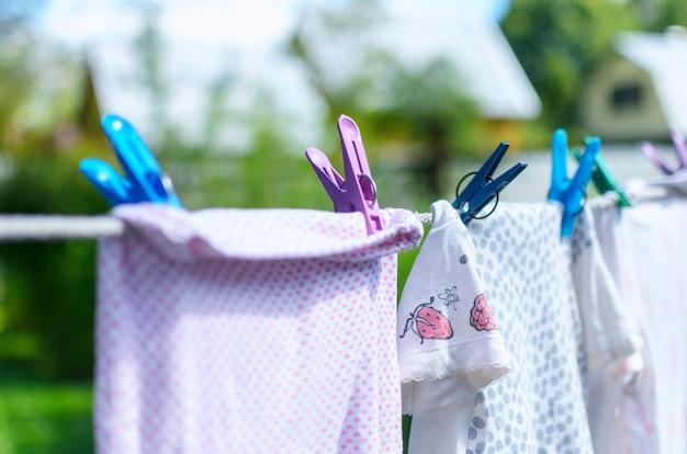 Vestiti del bambino che si asciugano al sole