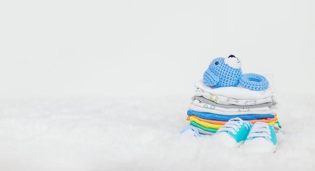 Vestiti del bambino su un bianco