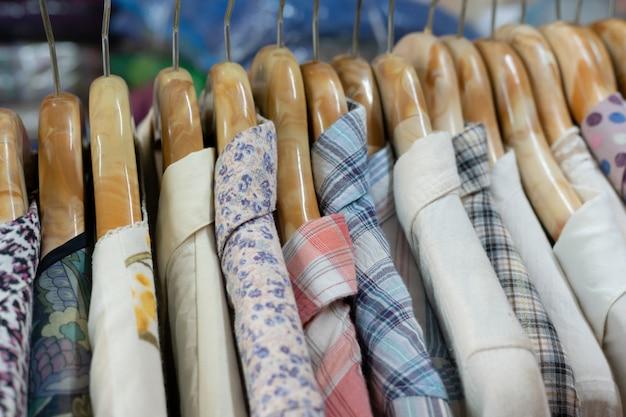 Vestiti e ganci sono appesi a rack
