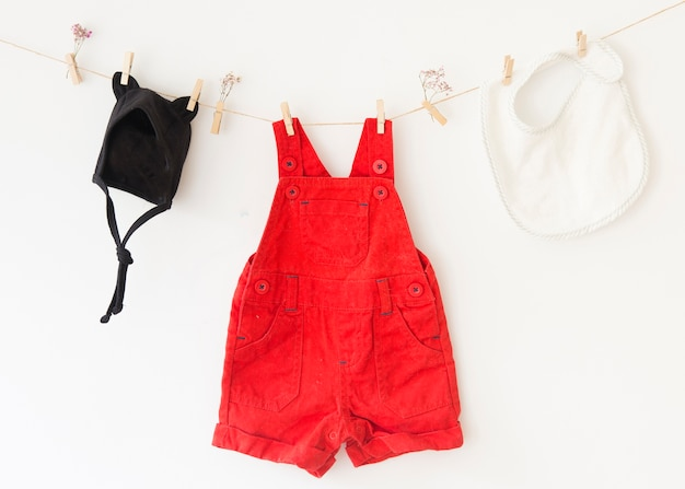 Vestiti femminili su stendibiancheria