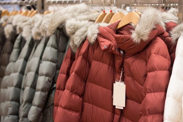 Vestiti invernali appesi con riga