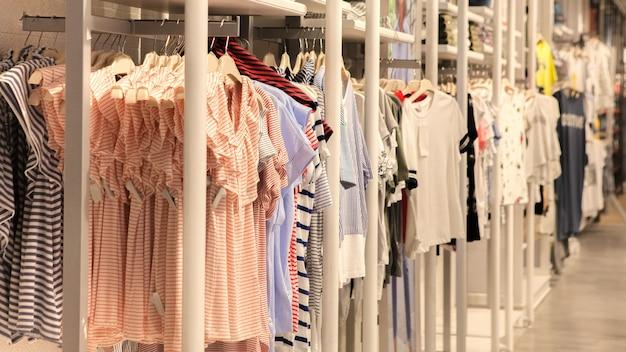 Vestiti nel negozio, vestiti alla moda sulle grucce al negozio