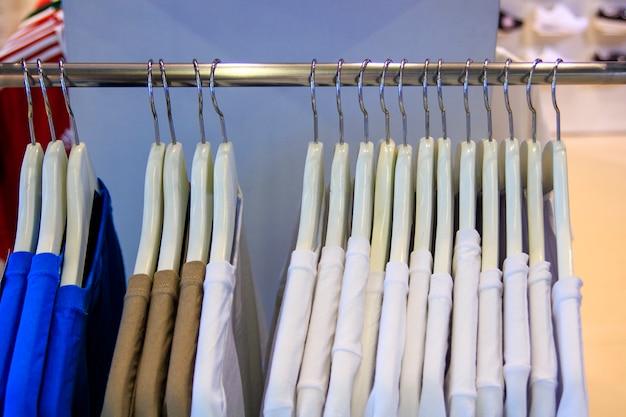 Vestiti su una gruccia in un negozio