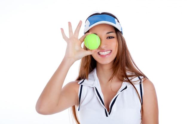 Vestito da ragazza brunetta da tennis vestito bianco e visiera parasole